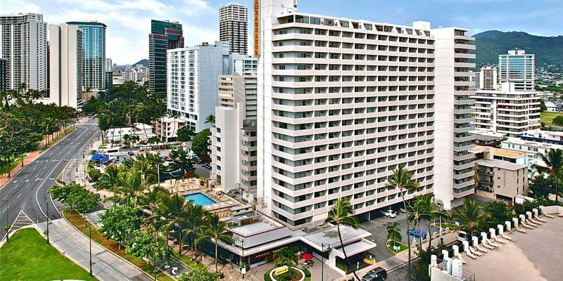 호텔 외관 - 호텔 앞에서 보이는 칼라카우아 거리와 쿠히오 거리